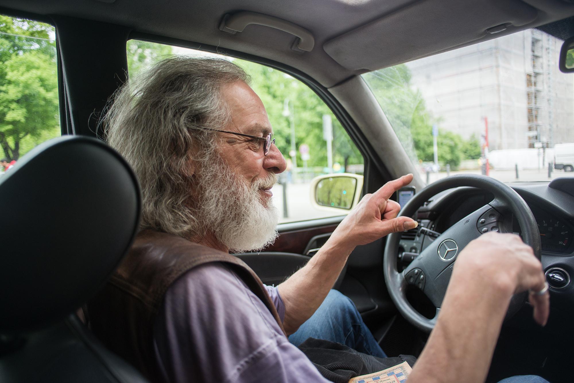 seitliches Portrait von Taxifahrer Peter